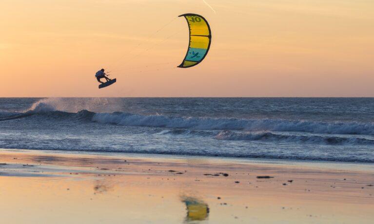 Kitesurfing hopp under solnedgång