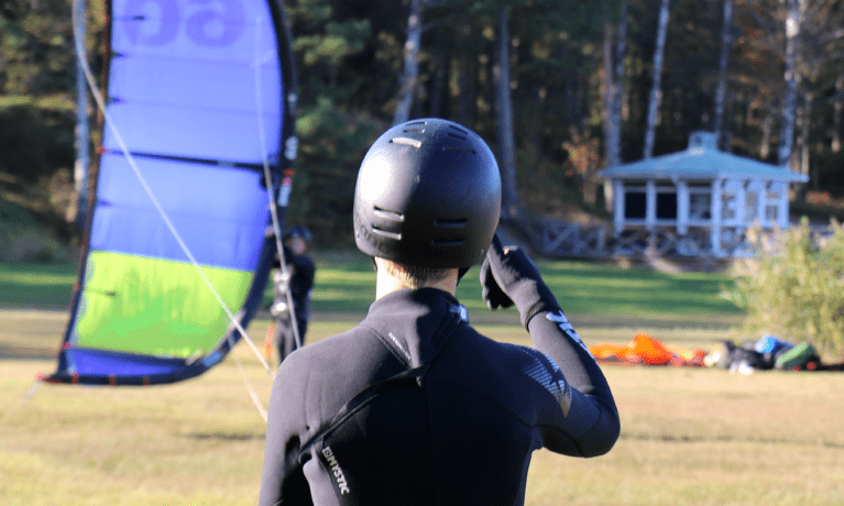 Launching av en kite på land, kitesurfare ger klartecknet