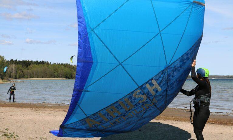 Assistent hjälper till med launching av en kite på land