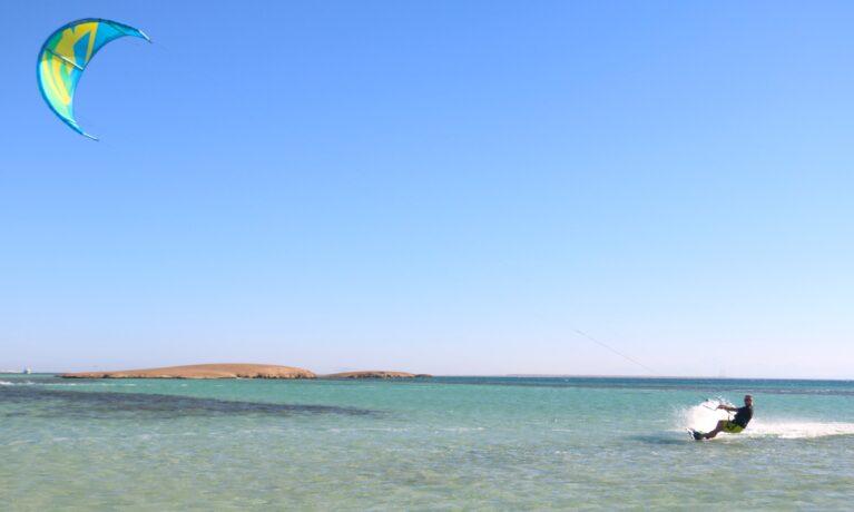 Kitesurfing i kristallklart vatten