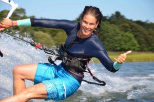 Kvinna som kitesurfar.
